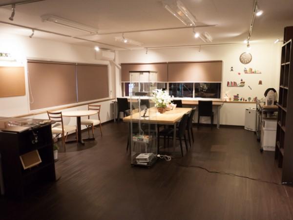 BOOKカフェをイメージした落ち着ける店内は電源カフェとしてもご利用できます