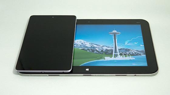 Nexus7との比較。縦幅はほぼ一緒ですが横幅は3倍ぐらい大きいです。